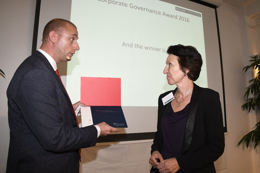 Marianne Philip receives the Corporate Governance Award from Jakob Stengel.